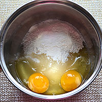 Соединим яйца, муку и сахар для нашего крема - фото
