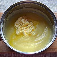 Добавляем сливочное масло в остывший крем - фото