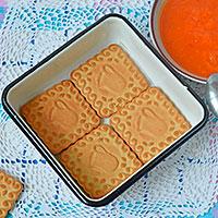 Выкладываем печенье в форму - фото