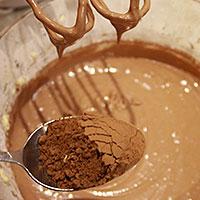 Вводим какао в масляную смесь - фото
